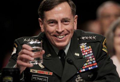 Le général David Petraeus trinque à prochaine guerre