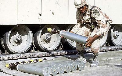 Un soldado manipula munición de uranio empobrecido