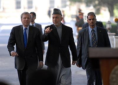 El secretario general de la OTAN Jaap de Hoop Scheffer y el presidente afgano Hamid Karzai, el 20 de julio de 2006