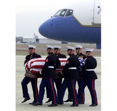 Soldados marines de los EEUU transportando el cadáver del agente de la CIA Johnny «Mike» Spann