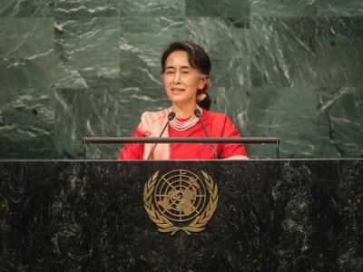 Nel settembre 2016, Aung San Suu Kyi è venuta a spiegare i suoi sforzi a favore dei Rohingya alla tribuna dell'Assemblea Generale dell'ONU. Come il padre Aung San, che credette per un attimo all'aiuto giapponese al fine di liberare il suo paese dalla colonizzazione britannica, il Premio Nobel per la Pace ha ingenuamente immaginato la simpatia degli anglosassoni per la risoluzione dei problemi interni del Myanmar.