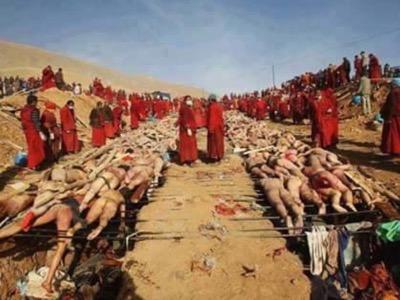 La campagna di mobilitazione della comunità nei paesi musulmani si basa su immagini particolarmente impressionanti. Così questa fotografia viene diffusa dal governo turco. Dovrebbe rappresentare le vittime musulmane dei monaci buddisti in Birmania. È in realtà una vecchia fotografia di una cerimonia funebre delle vittime di un terremoto in Cina.