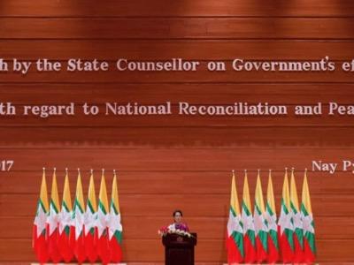 Aung San Suu Kyi chiede all'opinione pubblica internazionale di considerare gli sforzi fatti dal Myanmar per risolvere il problema dei Rohingya e denuncia il terrorismo jihadista. Non sarà capita più di quanto non lo fu Muammar Gheddafi quando denunciava l'attacco di al-Qa'ida al suo paese (Naypyidaw, 19 settembre 2017).