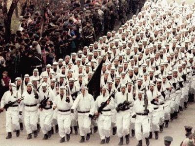 Nel 1995, Osama bin Laden fa sfilare la sua Legione araba a Zenica davanti al presidente Alija Izetbegović. Questi combattenti sono ex mujahidin che hanno combattuto contro i sovietici in Afghanistan. In seguito prenderanno il nome di Al-Qa'ida. Durante la guerra, i servizi segreti russi penetrarono nelle caserme della Legione araba e scoprirono che tutti i suoi documenti erano in inglese e non in arabo.